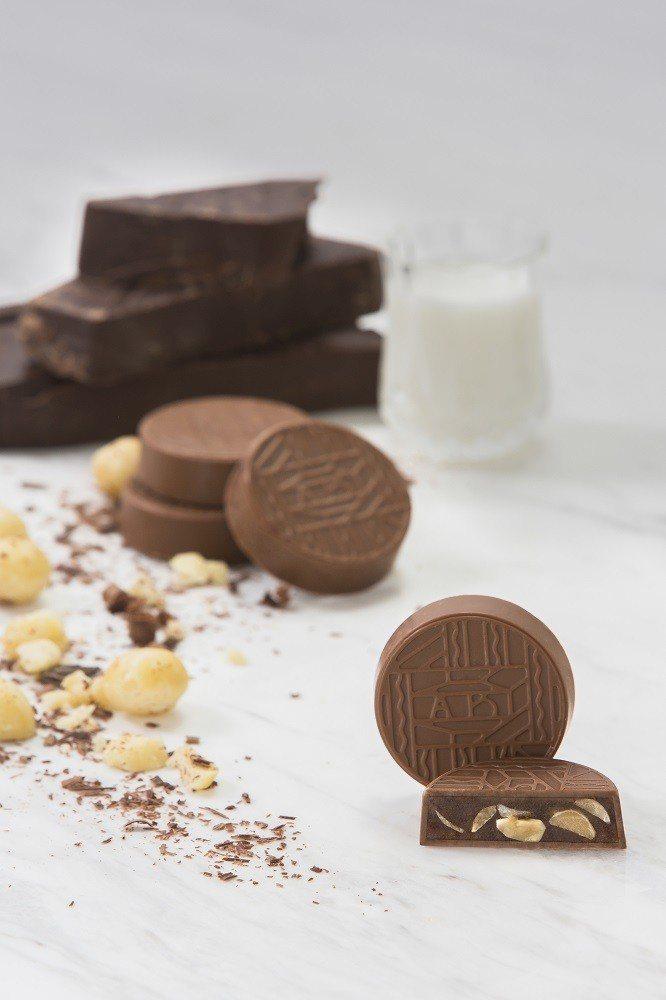 夏威夷豆牛奶巧克力月餅。圖/agnès b.提供