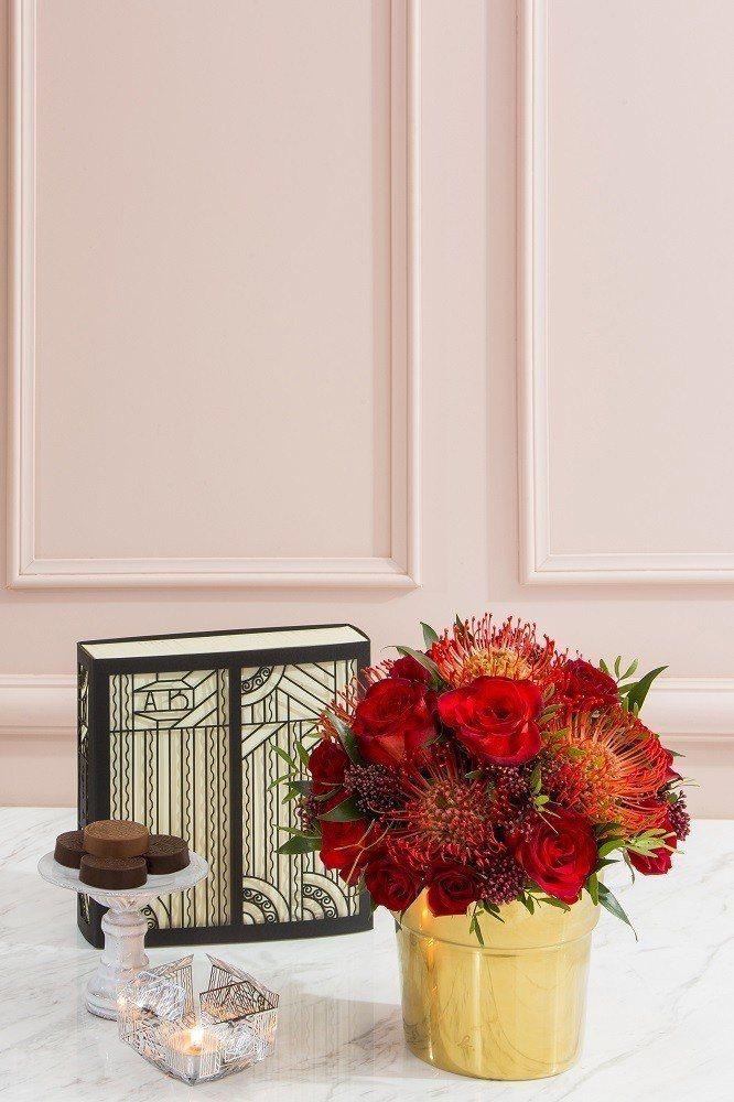 限量星月小兔公仔禮盒組附窗花燭台,替中秋增添溫暖氛圍。圖/agnès b.提供