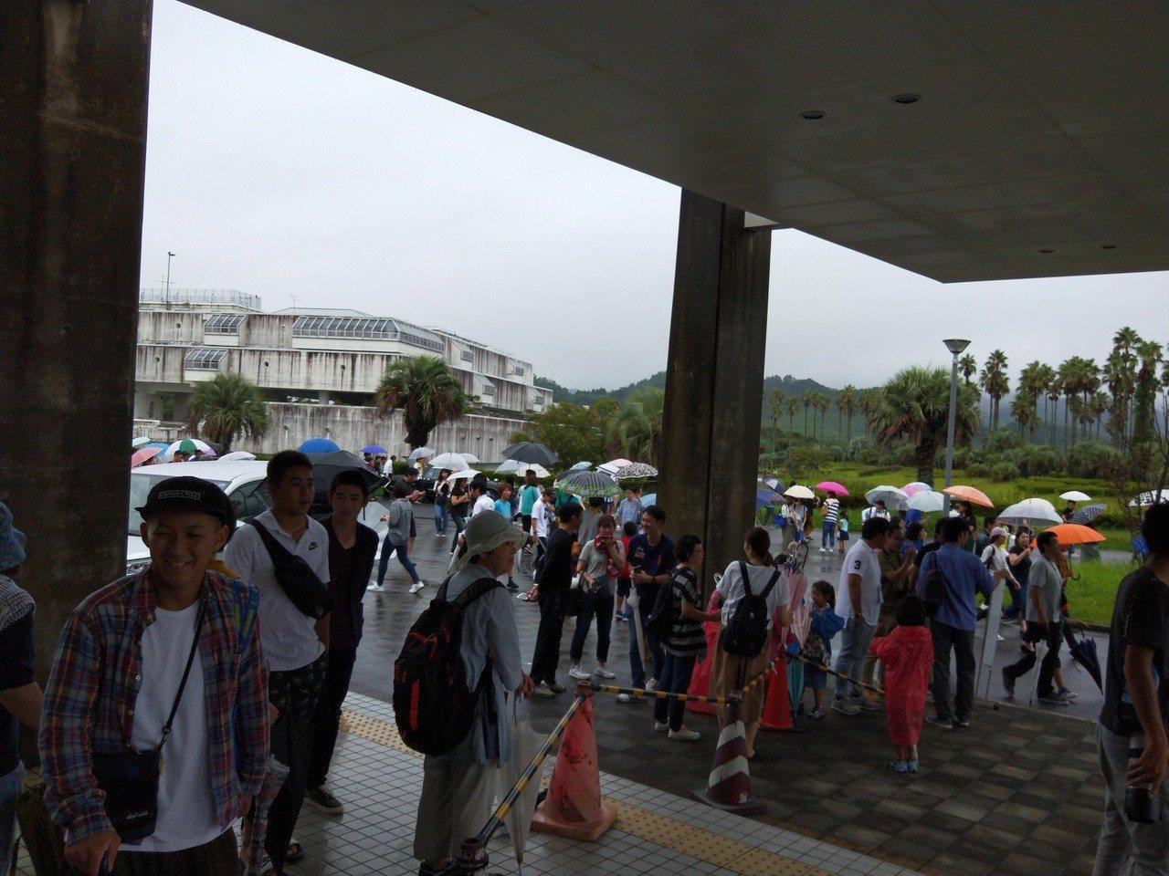 日本球迷相當熱情,在場外聚集等待球員。記者婁靖平/攝影