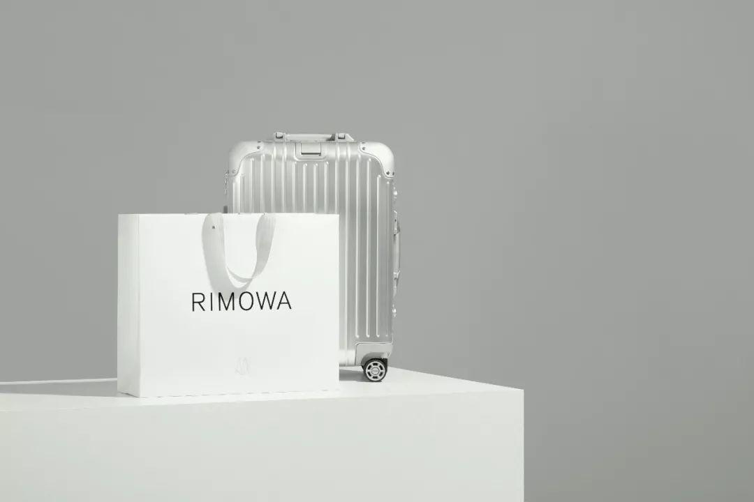 RIMOWA在今年迎來120歲生日,年初以古老的德國字體將原本的Logo調細,去...