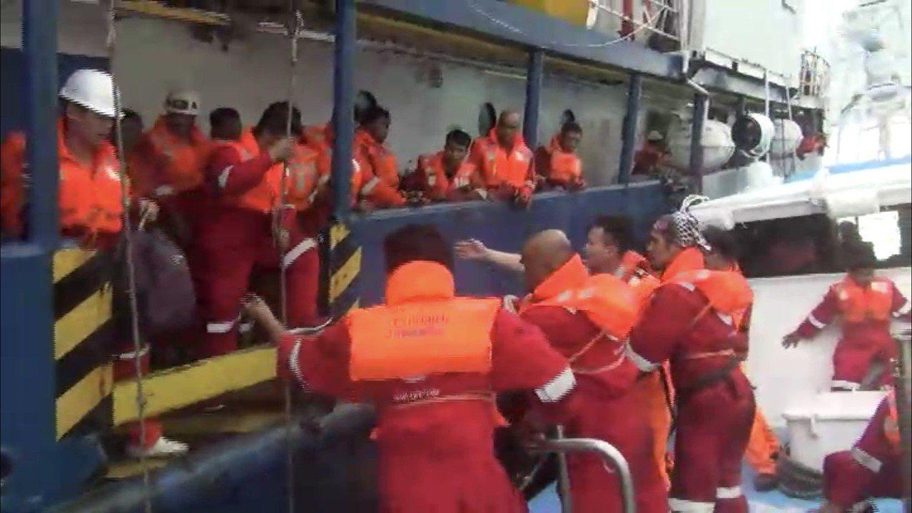 印尼籍「探險家號」工作船因故障船身傾斜,又有5公尺大浪,海巡署第五巡防區指揮部今...