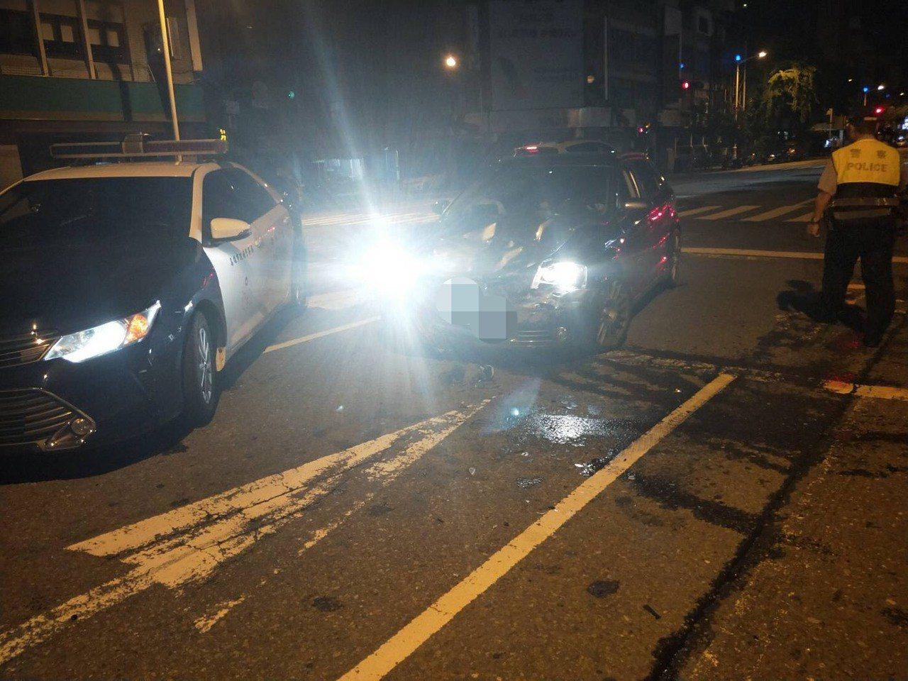 吳駕駛的奧迪車頭被撞爛、安全氣囊爆開。記者張媛榆/翻攝