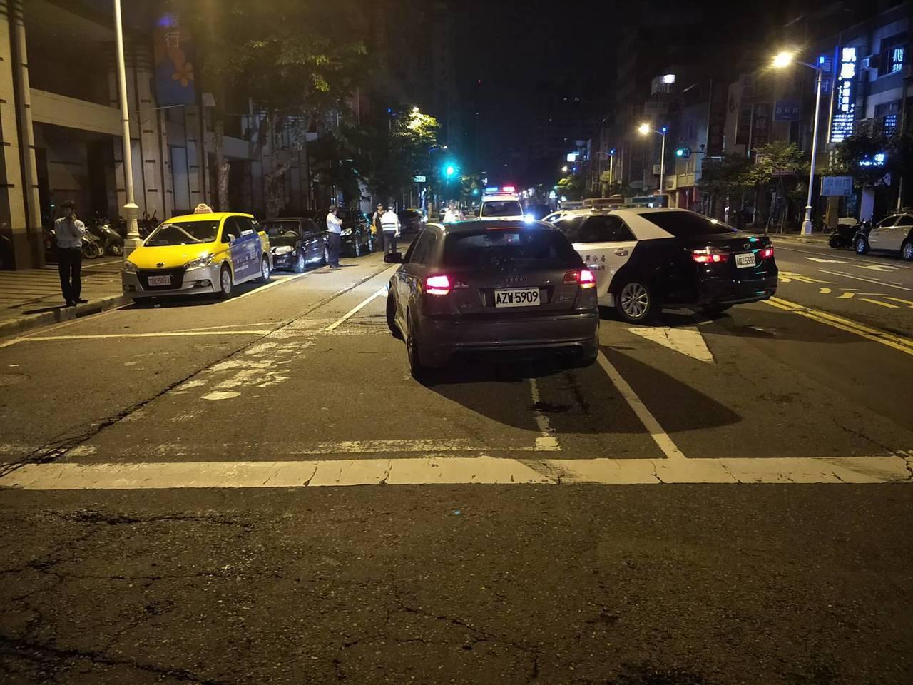 吳酒後駕車心虛逃逸,撞上對向在等紅燈的計程車。記者張媛榆/翻攝