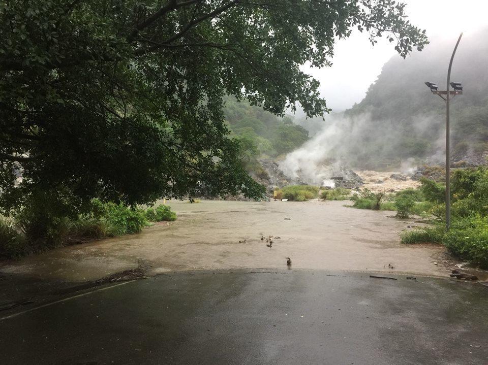 受到豪大雨影響,陽明山多處坍方。圖/截取自陽明山國家公園臉書粉絲團