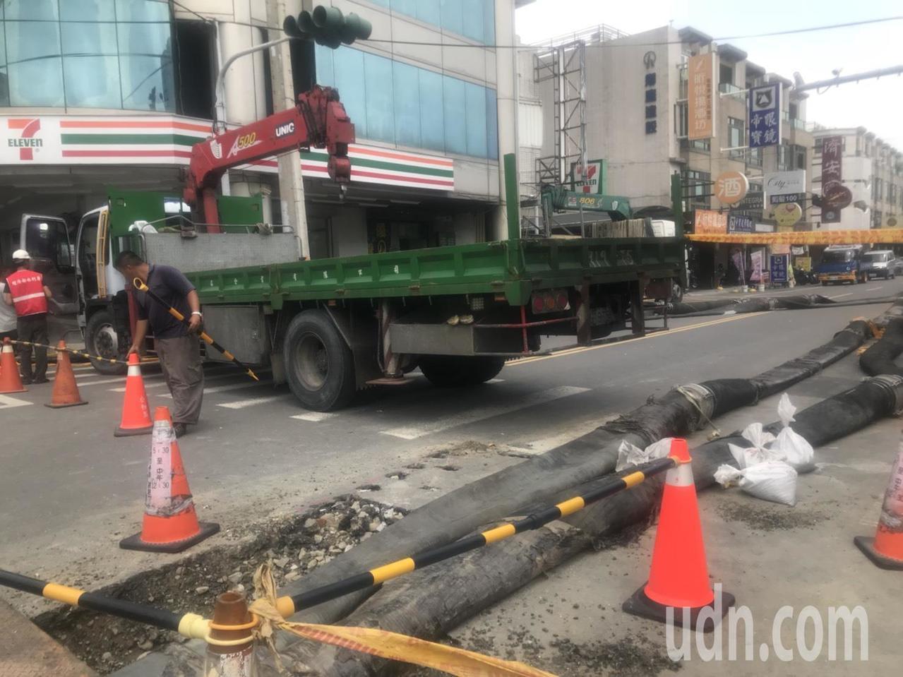 台南市政府表示,目前已調派四部抽水機待命,只要下雨就啟動抽水,未來在此興建直徑二...