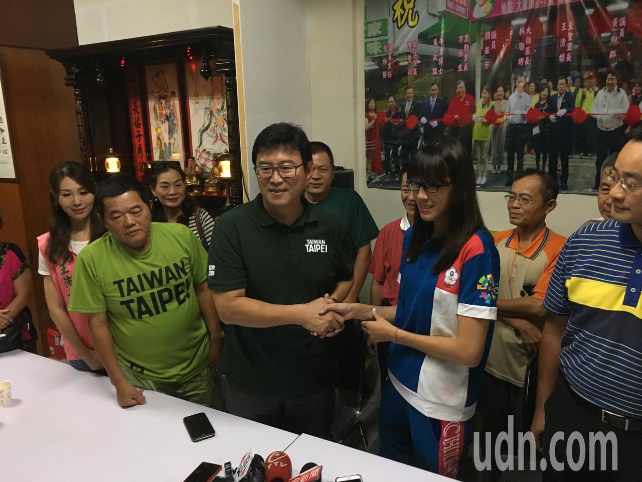 民進黨台北市長參選人姚文智今天拜訪亞運女子拳擊銅牌得主黃筱。記者張世杰/攝影