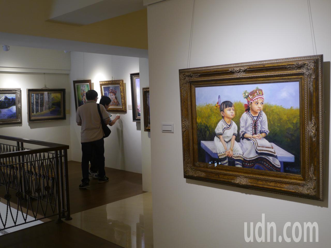 竹梅源藝文空間展示30幅畫作,原住民人像畫約占9成。記者徐白櫻/攝影