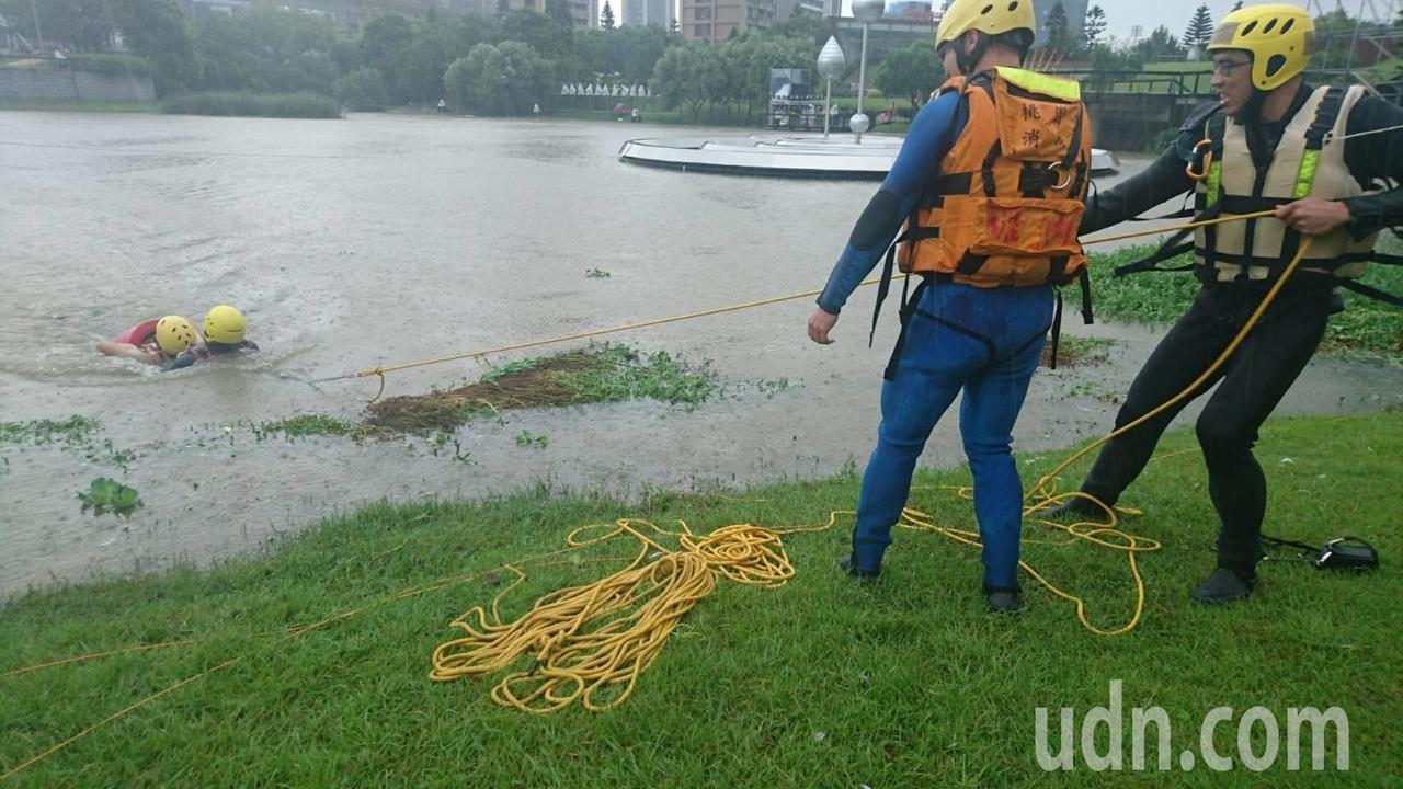拋繩袋是搶救溺水必有的裝備。記者鄭國樑/攝影