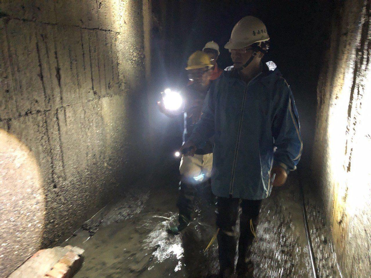 台南代理市長李孟諺今天下午親自到箱涵下方了解淤積情況。圖/台南市政府提供