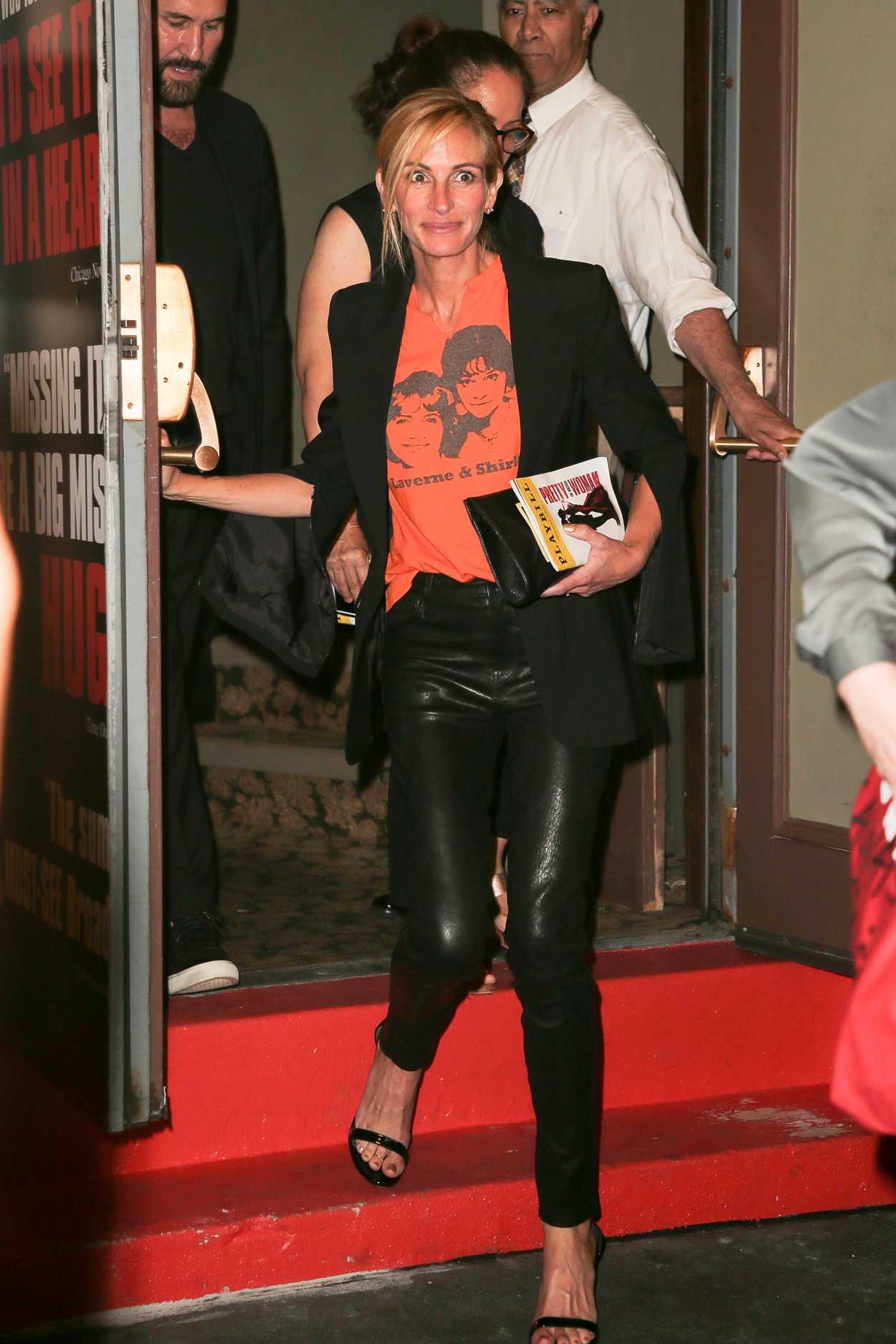 影后茱莉亞羅勃茲以黑色皮褲搭配橘色T恤、黑外套,輕鬆造型前往欣賞改編成百老匯歌舞...