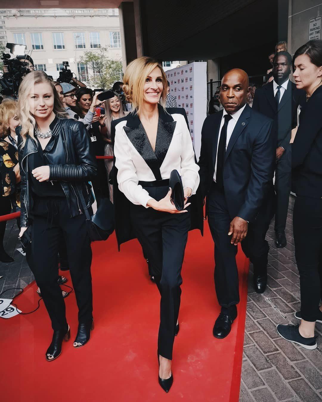 影后茱莉亞羅勃茲出席新劇「Homecoming」首映,穿著別出心裁的Givenc...