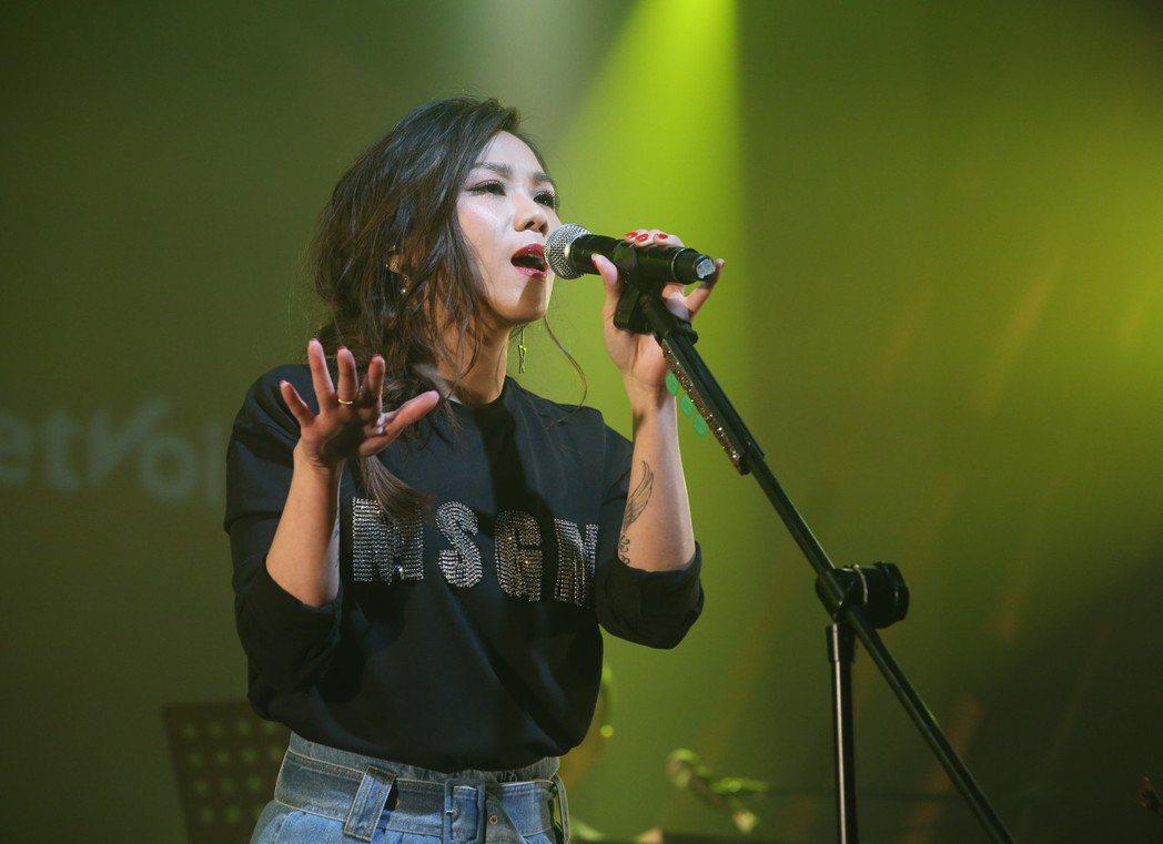 歌后蔡健雅攜子弟兵在華山文創園區 Legacy開唱,飆唱多首經典歌曲,粉絲聽得如...