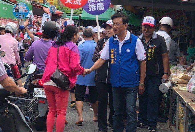 競選連任的南投縣長林明溱(右)今天在南投市育樂路市場拜票。圖/林明溱總部提供