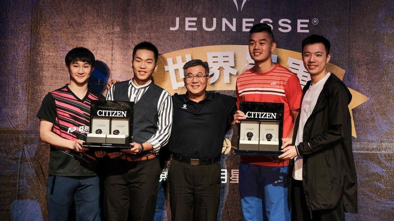 李洋(左二)、王子維(右)和王齊麟(右二)周五出席選手之夜。圖/海碩整合行銷提供