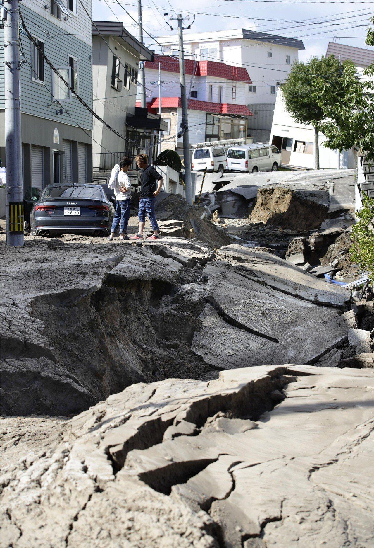 日本北海道6日凌晨發生規模6.7強震,札幌市區一條道路出現嚴重塌陷。 (美聯社)