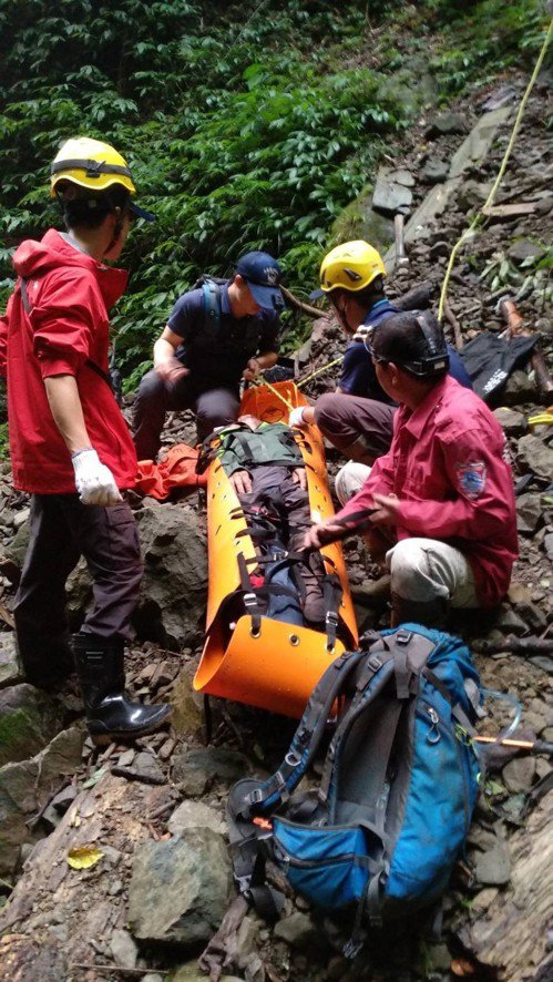 消防人員花了近2小時才將登山客從深谷拉上來。記者謝恩得/翻攝