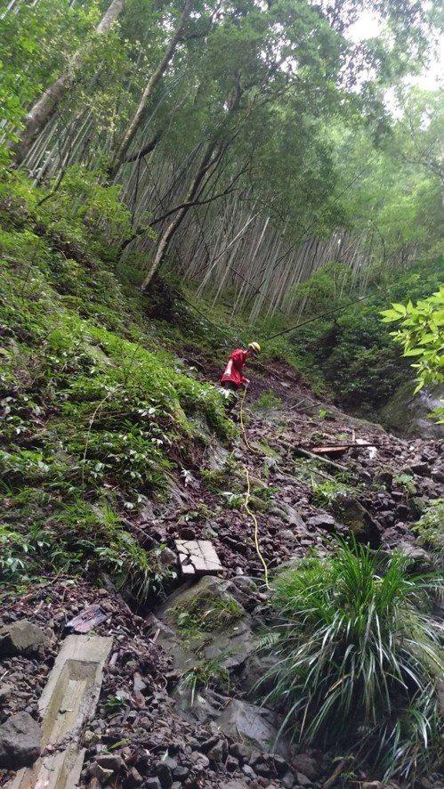 男子在阿里山多林車站登山,墜落一百公尺深谷。記者謝恩得/翻攝