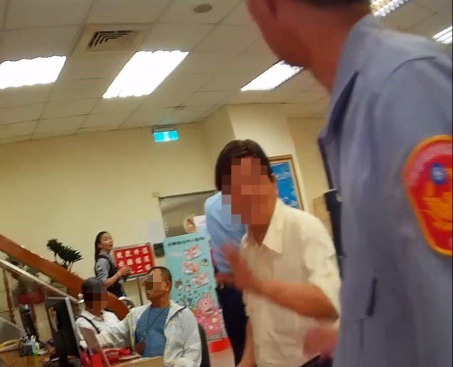 警方接獲通報,指有位老翁疑似遭詐騙,欲匯款大量金額到海外地區。記者張媛榆/翻攝