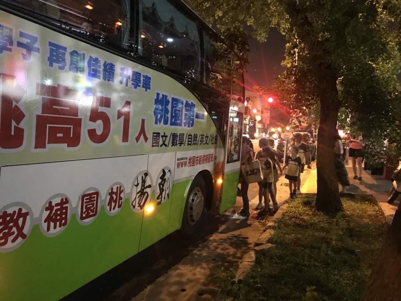 學生前往桃園婦女館看演出和回程都有賓士級巴士接送。圖/朝陽富元教育公司提供