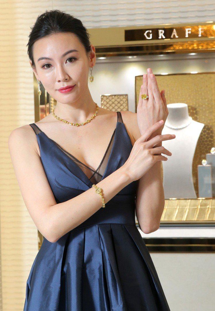 模特兒展示格拉夫多形切割黃鑽項鍊,鑽石共重32.32克拉;耳環共鑲嵌兩顆各重12...
