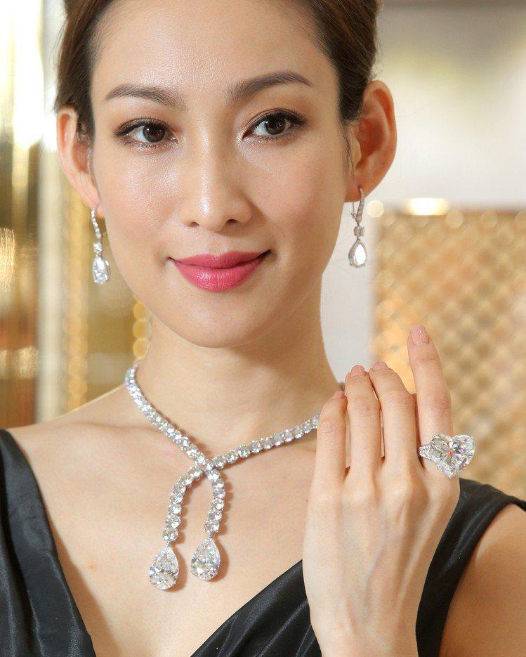 格拉夫圓形鑽石項鍊,鑲嵌兩顆各重20.54克拉和20.46克拉梨形鑽石主石,鑽石...