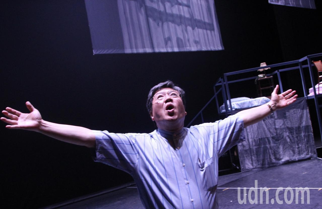 66歲的欣欣天然氣董事長陳何家,自己擺出很多姿勢。記者魏翊庭/攝影