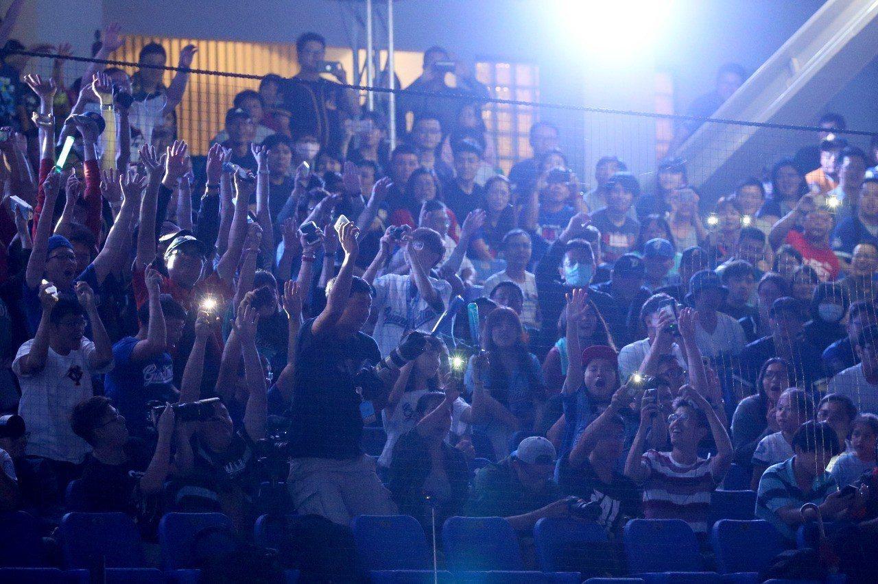 「搖滾天王」伍佰擔任富邦悍將音樂會壓軸,現場球迷大玩波浪舞。記者余承翰/攝影