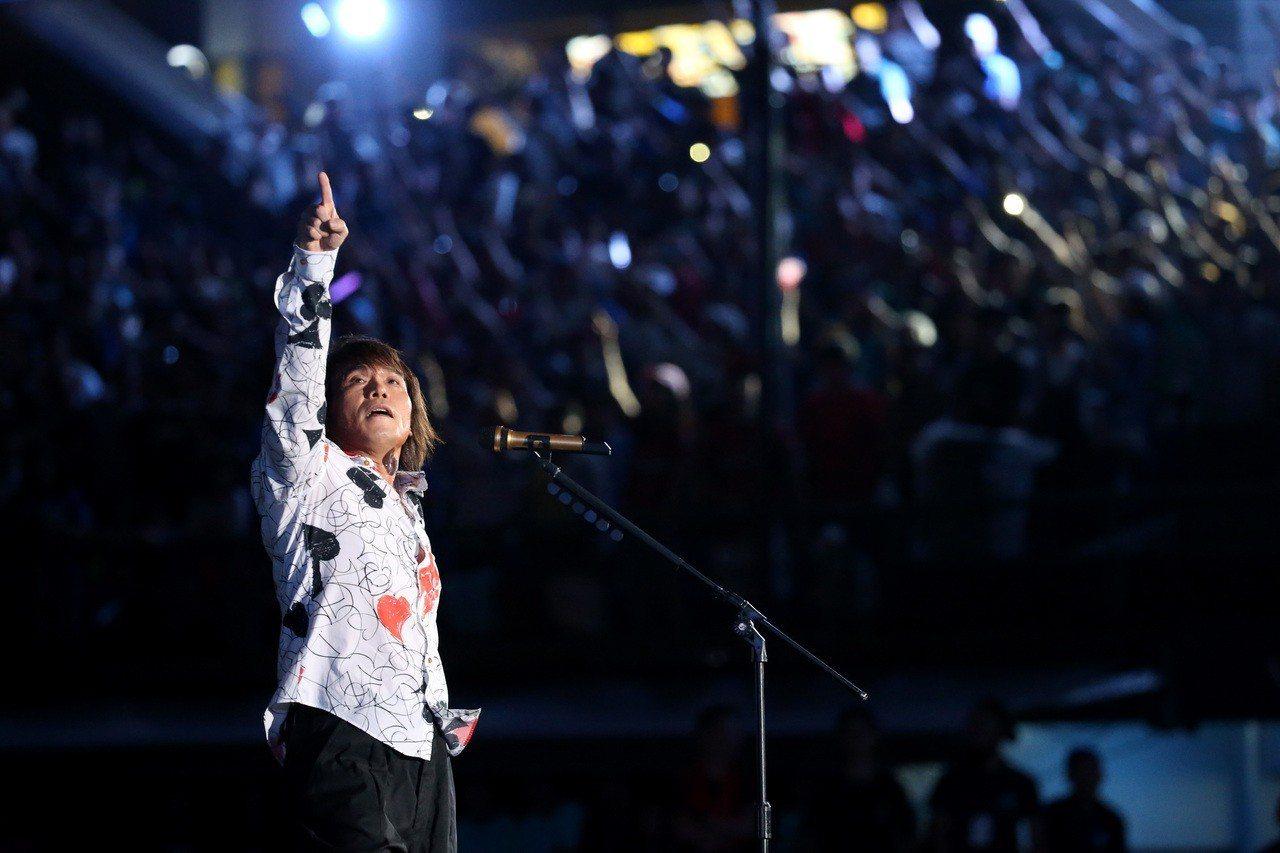 「搖滾天王」伍佰擔任富邦悍將音樂會壓軸。記者余承翰/攝影