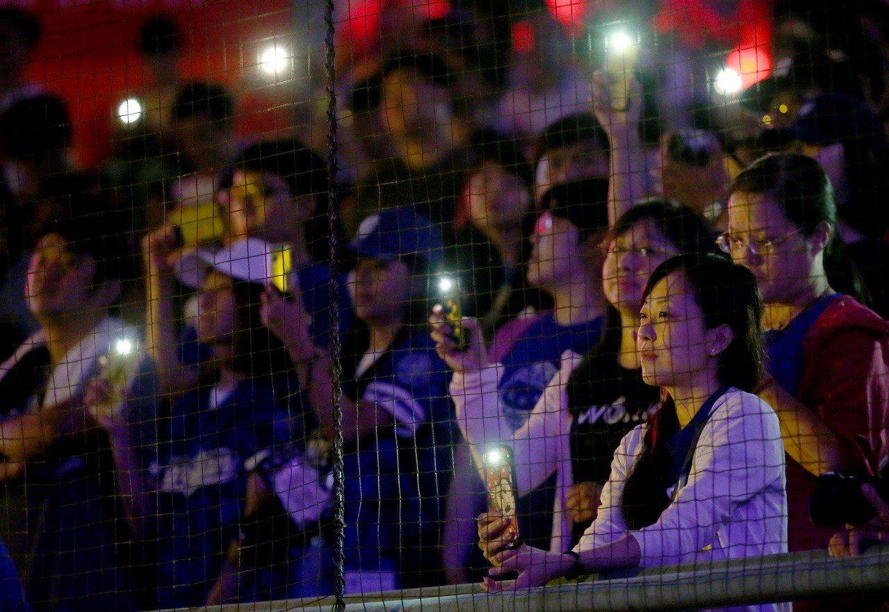 「搖滾天王」伍佰擔任富邦悍將音樂會壓軸,讓全場球迷嗨翻。記者余承翰/攝影