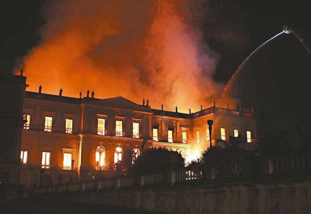 上:里約熱內盧國家博館2日發生火災,消防隊員到場灌救。 路透