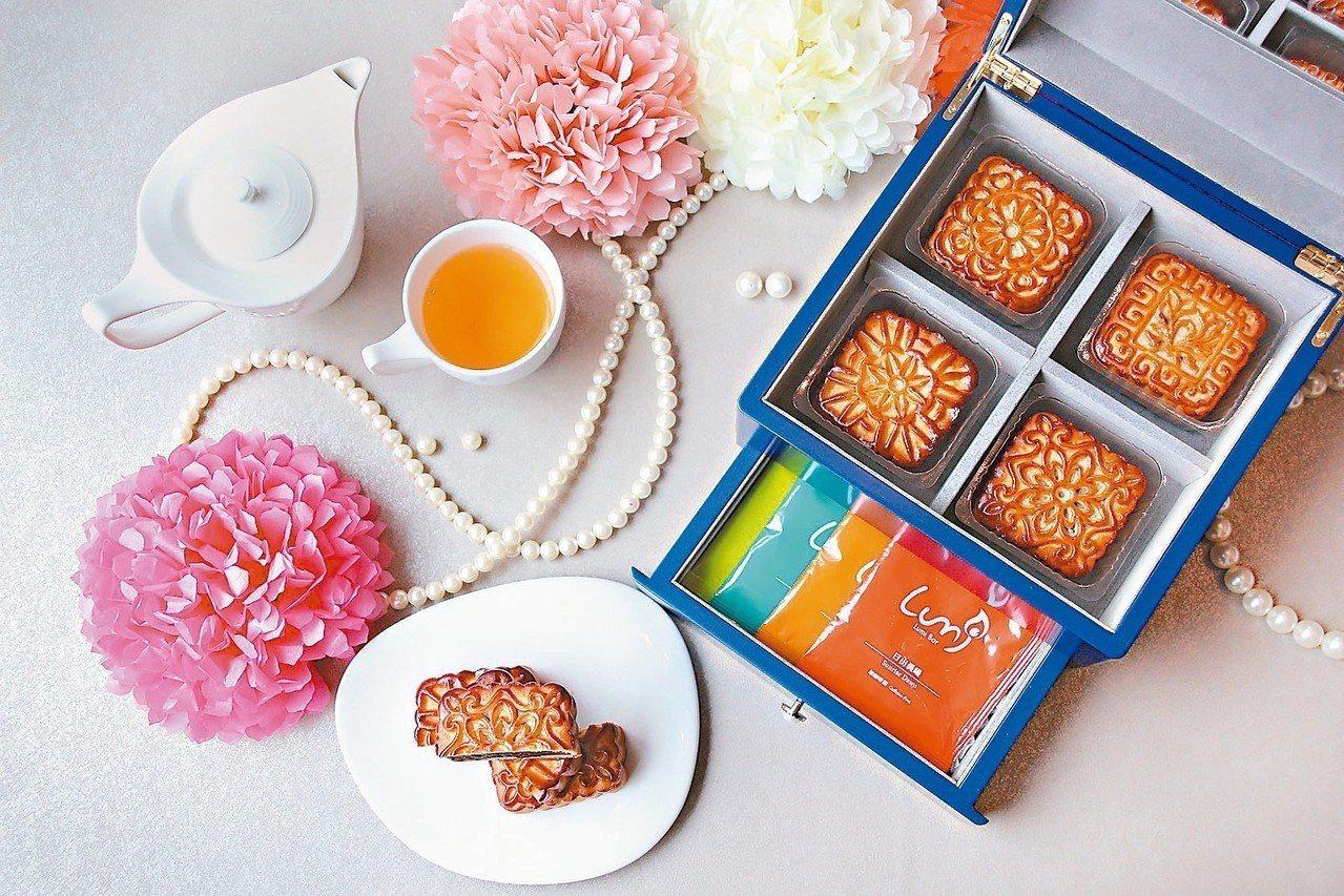 台中日月千禧酒店的中秋月餅禮盒以「典藏」為設計概念,外盒精緻,可當珠寶盒。 圖/...