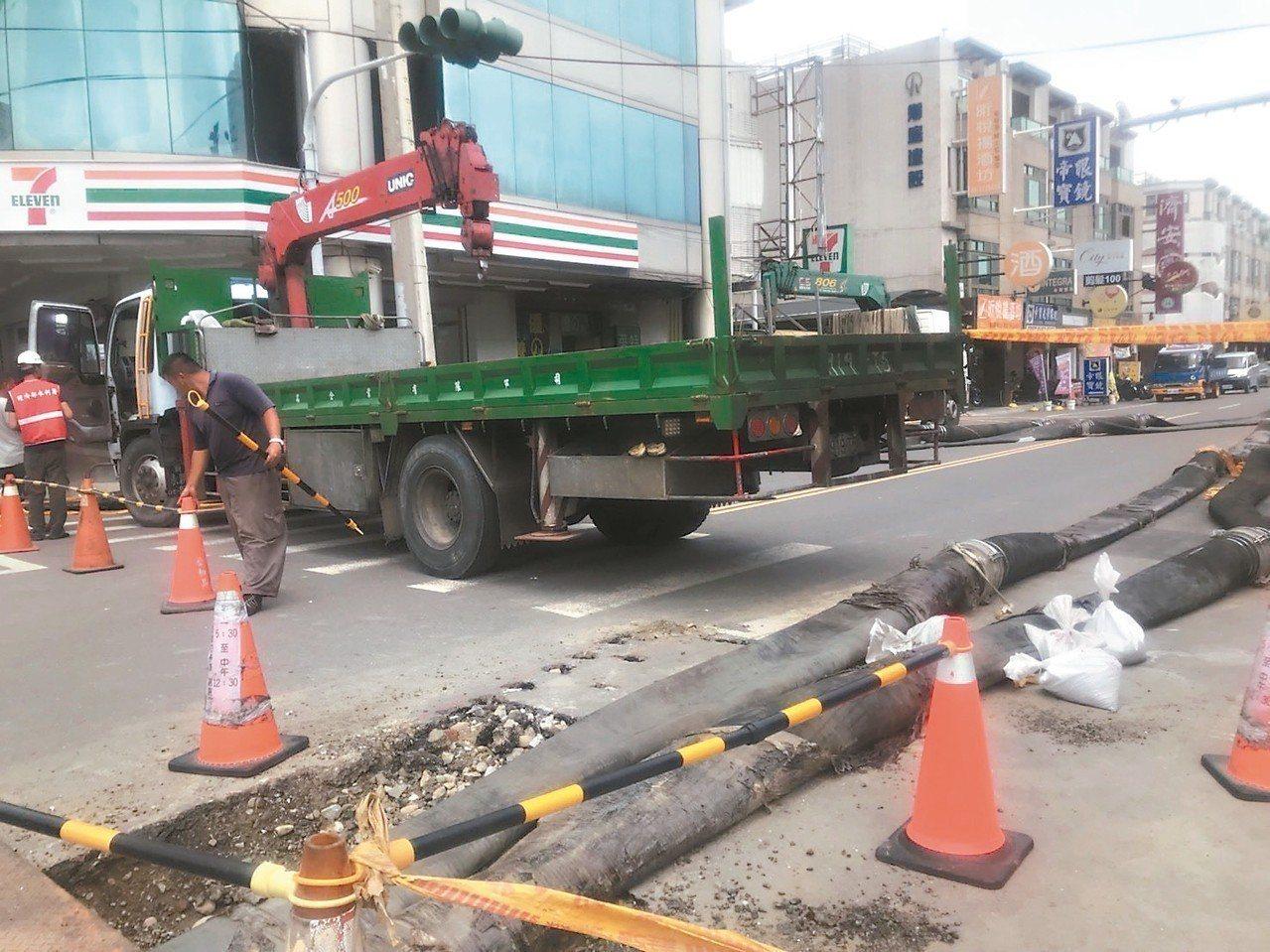 台南市政府目前已調派4部抽水機待命,下雨就啟動抽水,未來將興建直徑2公尺的排水管...