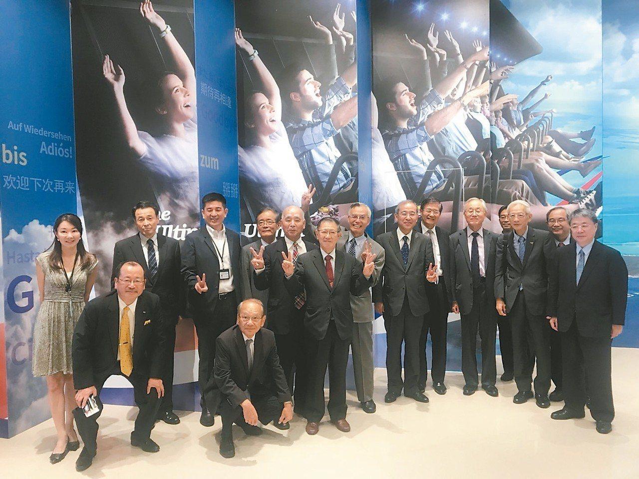 日本蓬萊會體驗智崴公司「飛越高雄、環遊世界」飛行模擬器。 圖/高雄市經發局提供