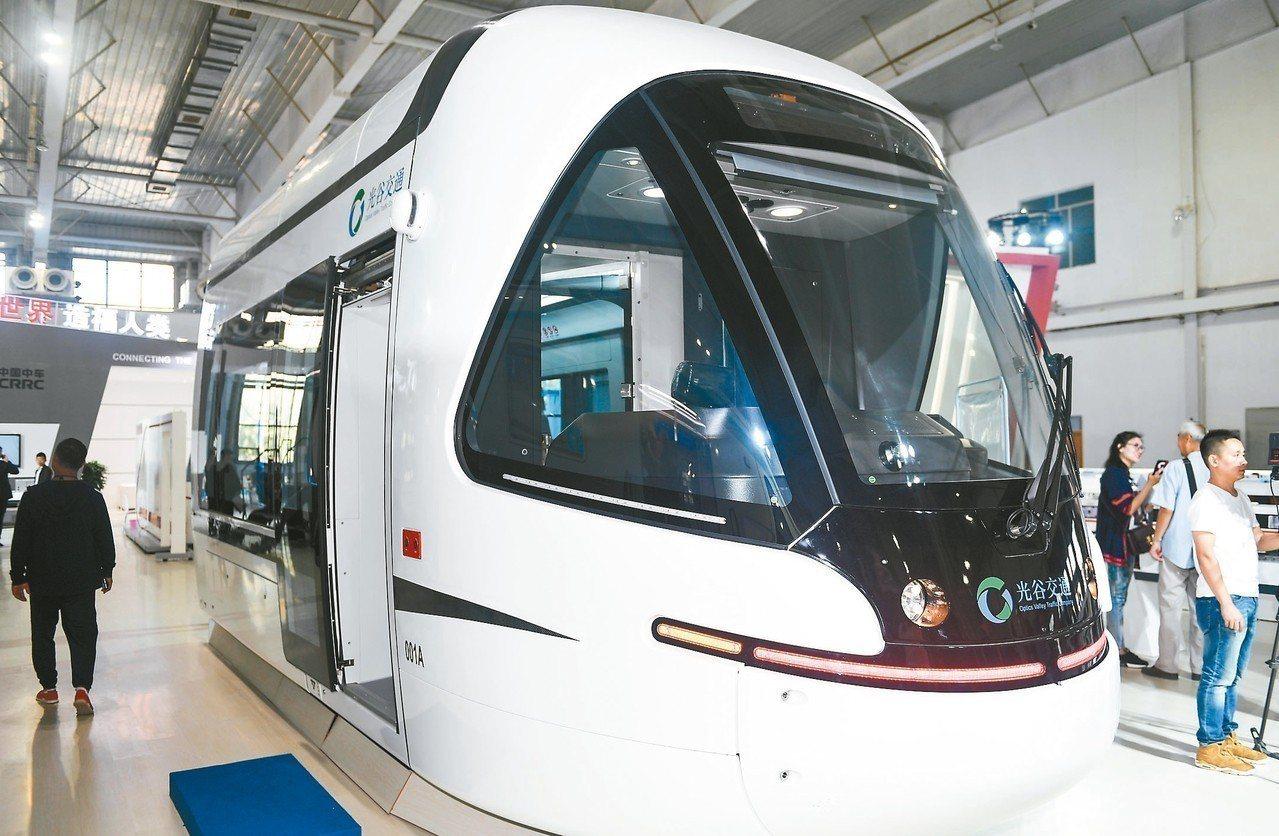 中車長春軌道客車股份有限公司研製的新型輕軌列車,車體由碳纖維複合材料製成,具有強...