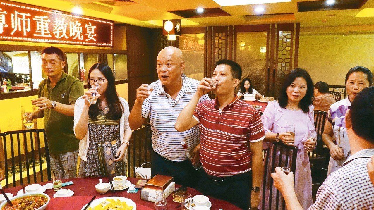 台商陳仲信(中)逐桌向老師敬酒。 記者苗君平/攝影