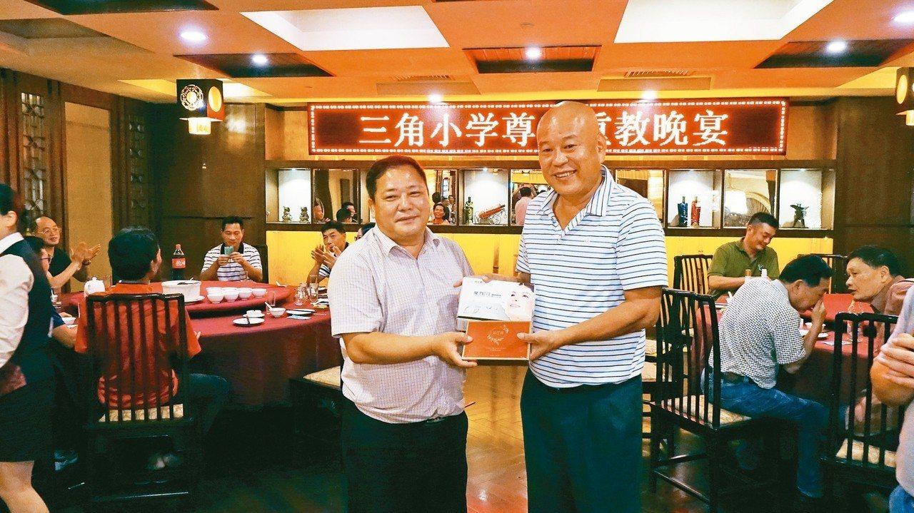 陳仲信(右)送教師精美贈品,由當地校長陳佑光(左)代表接受。 記者苗君平/攝影