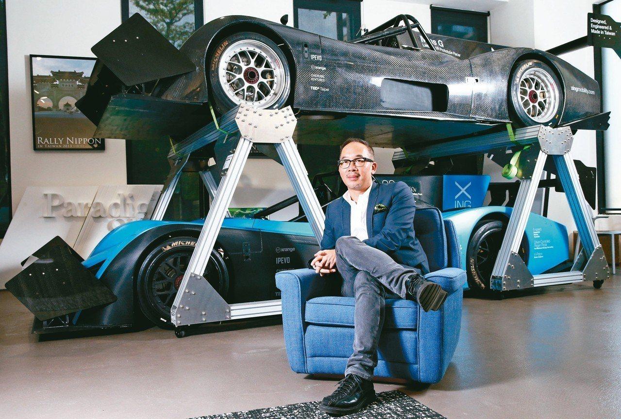 洪裕鈞與他親手設計打造的電動賽車Miss E與電動超跑Miss R。 圖/林澔一...