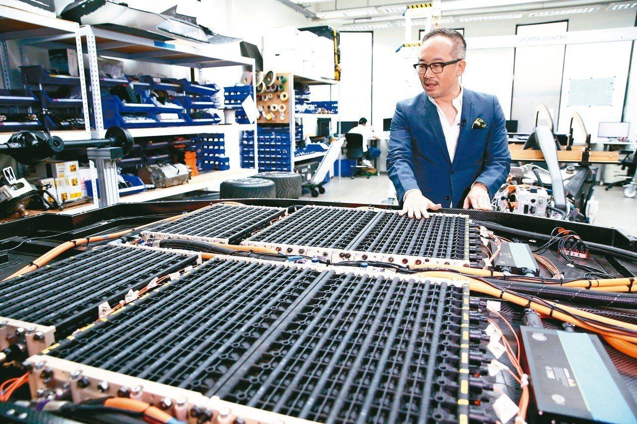行競科技創辦人洪裕鈞介紹自家的電池模組。 圖/林澔一攝影