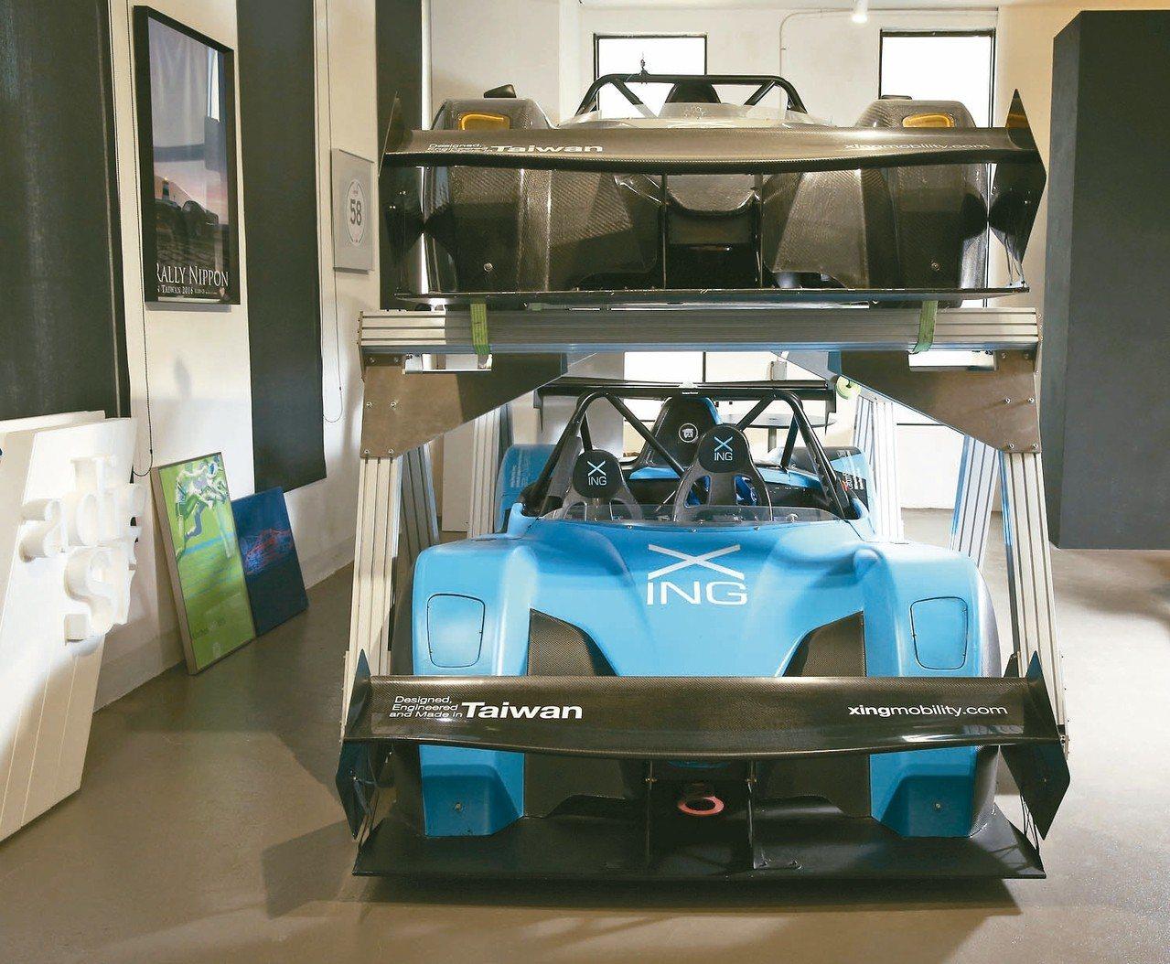 洪裕鈞辦公室內擺著兩台行競科技打造的電動超跑。 圖/林澔一攝影