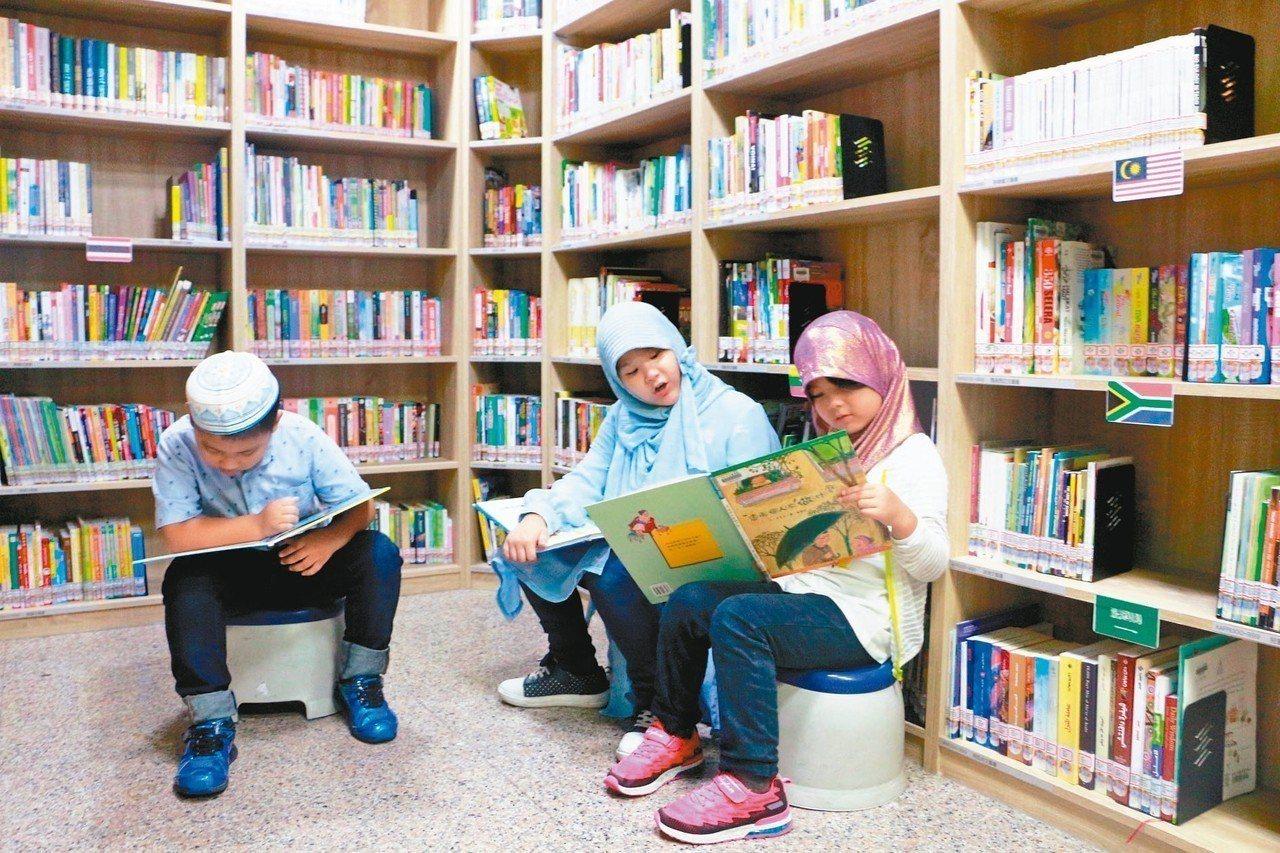 新北市立圖書館中和分館是全台首個有祈禱室的圖書場館,昨邀20名小穆斯林認識環境。...