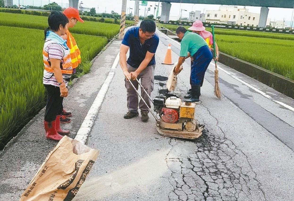 慈聖義工團走遍大街小巷修補破路。 圖/台中市大甲區新美里長王生源提供