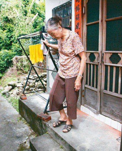 86歲秀英阿嬤門口有樓梯,常扶著搖晃的衣架行走,相當危險。 記者林敬家/攝影