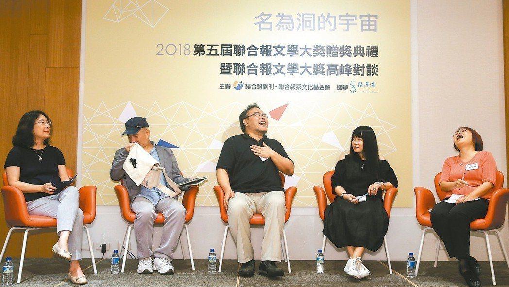 梅家玲(右至左)、鍾文音、駱以軍、楊澤、邱貴芬等人,昨出席第五屆聯合報文學大獎高...