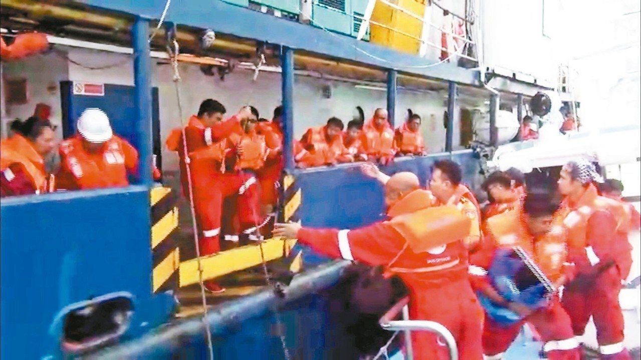 印尼籍「探險家號」工作船故障遇到大浪傾斜,海巡署巡防艇前往救援。 記者謝恩得/翻...