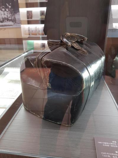 王育德紀念館內展出王育德在1949年離開台灣前往日本時所攜帶的皮箱。 記者修瑞瑩...
