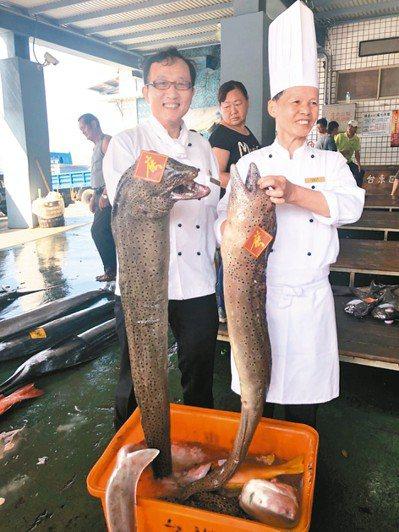 深度旅遊成趨勢,有業者帶旅客跟飯店主廚到漁港標魚。 記者侯俐安/攝影