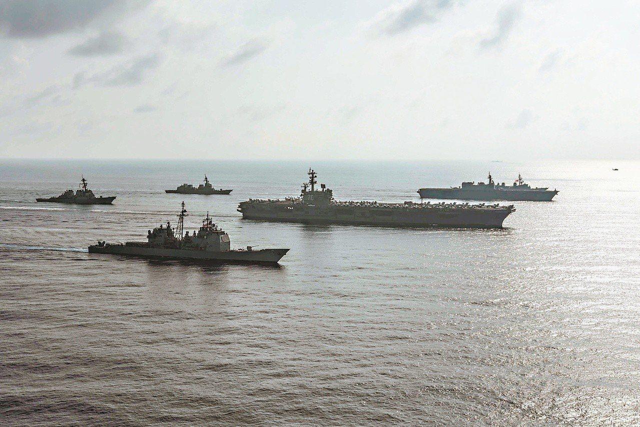 日本「加賀號」直升機護衛艦(右一)日前在南海航行時,遭大陸海軍兩艘艦艇近距離監視...