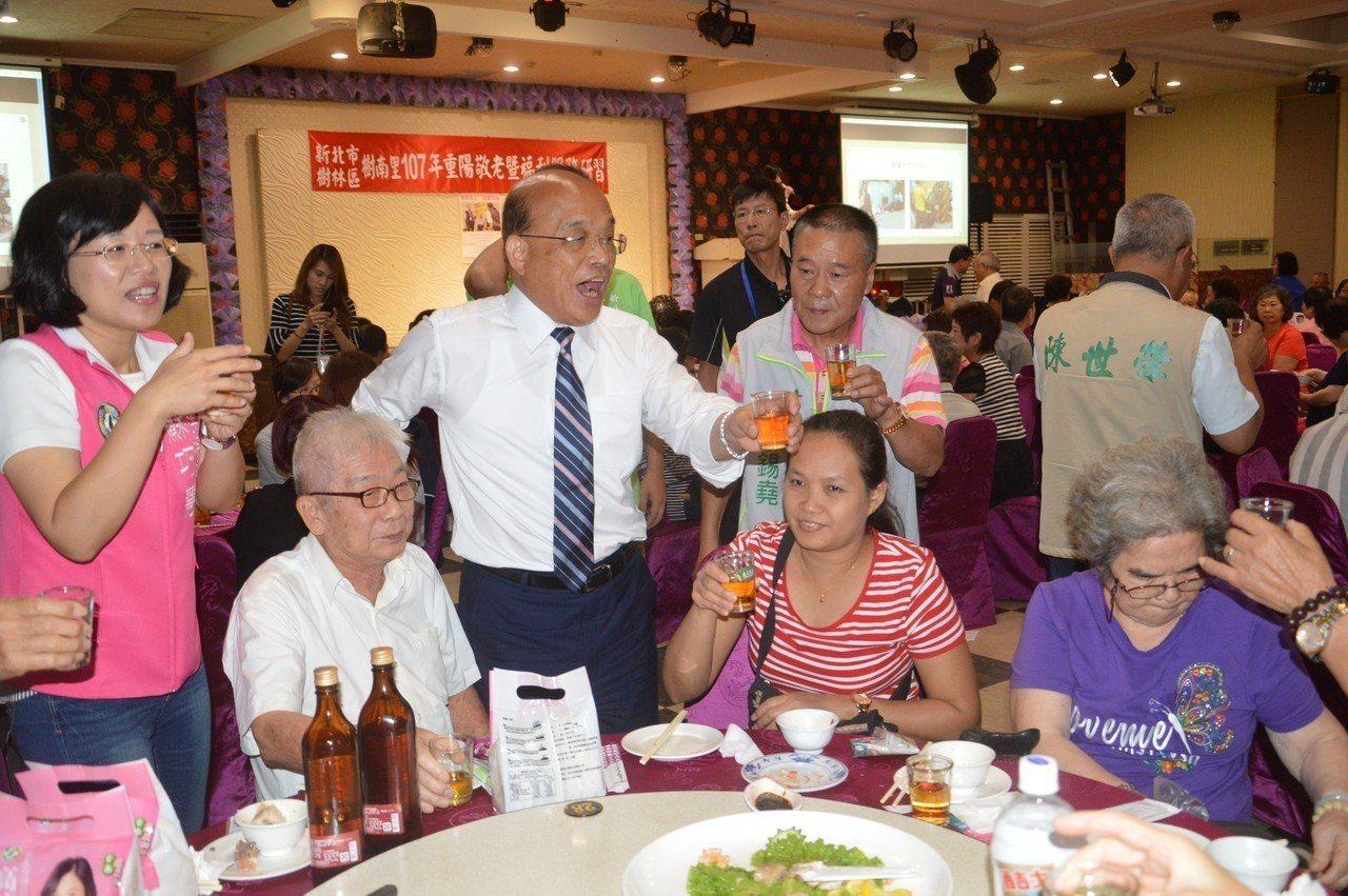 民進黨新北市長參選人蘇貞昌(左三)昨說,過去他很努力解決北縣水患問題。現在極端型...