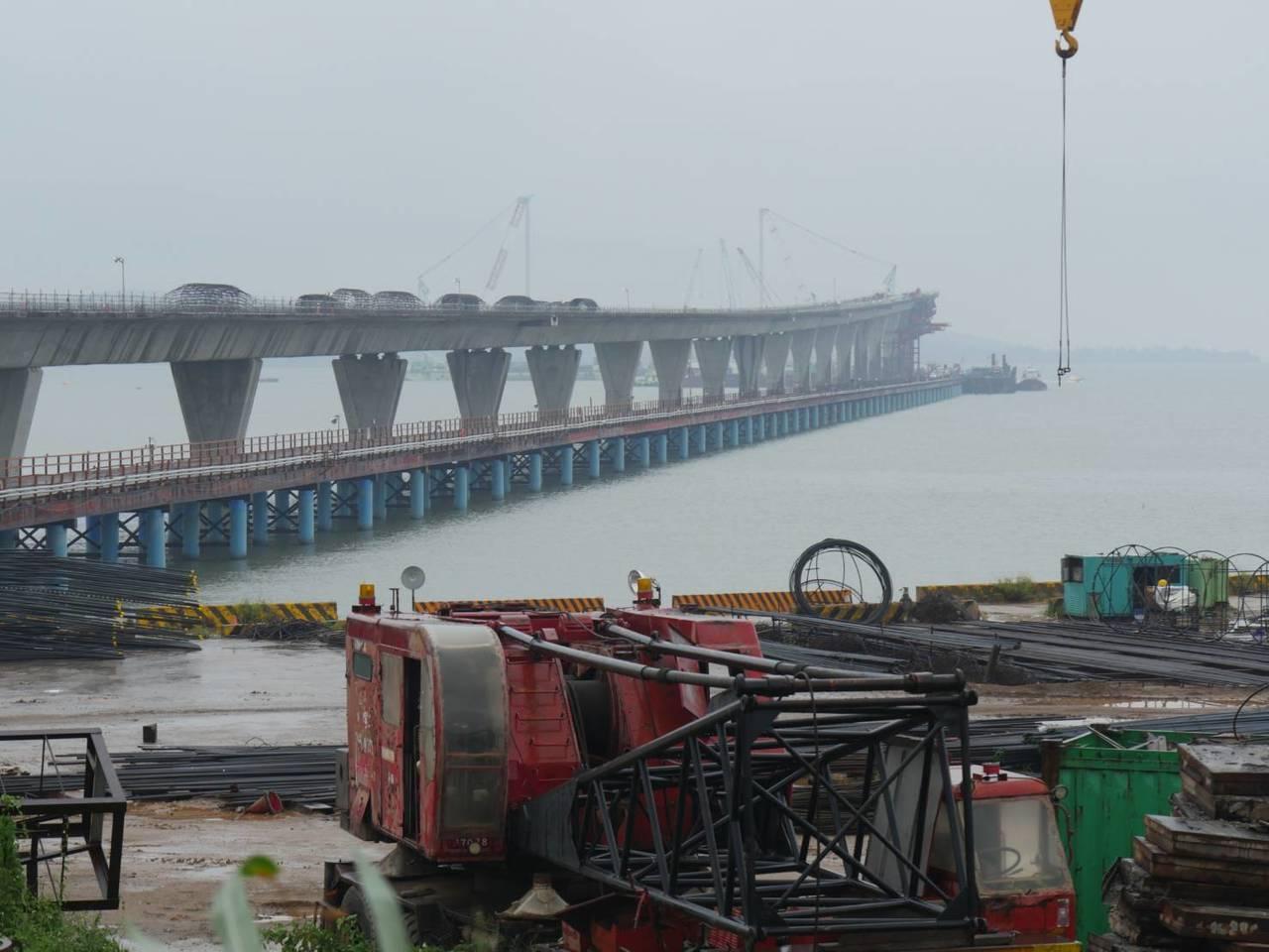 被金門民眾譏為是「選舉浮橋」的金門大橋,目前仍在持續趕工中。 記者蔡家蓁/攝影