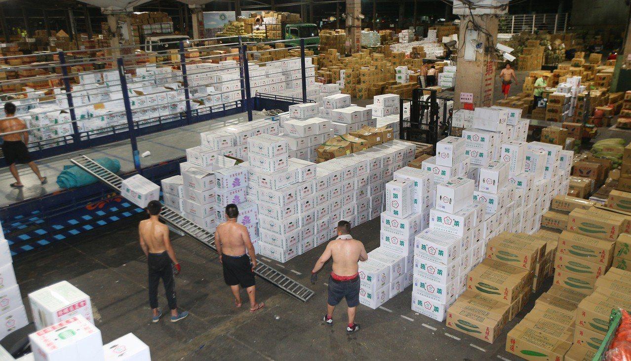 台北農產運銷公司昨天的平均批發菜價來到每公斤42.3元,創下今年新高點。 圖/聯...